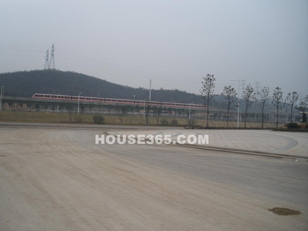 项目紧邻地铁二号线经天路站(1.10)