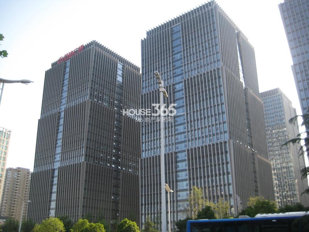 长发都市蓝瑟对面的万达广场(5.20)