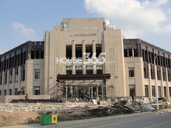 朗诗太湖绿郡售楼处正在装修中(2013.10.18 摄)