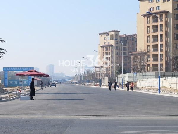 龙湖龙誉城两地块之间的道路开通(2014.1.22)
