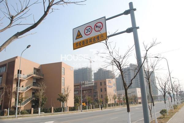 苏宁悦城D地块北侧为锡师附小(2015.1 摄)