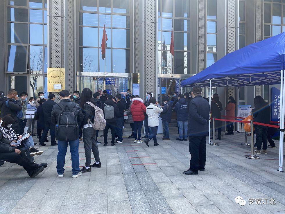 江北新区不动产登记中心门口排起长队