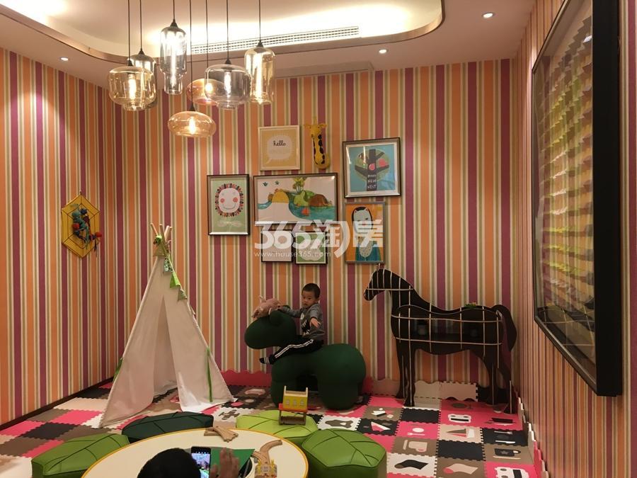 新城香悦公馆售楼处里的儿童玩耍区 2017年11月摄