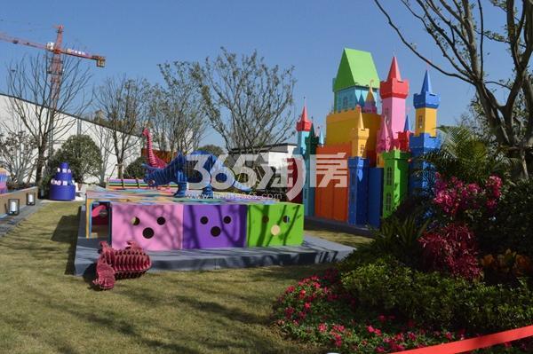 绿都地产少荃府景观示范区内的儿童游玩设施(11.23)