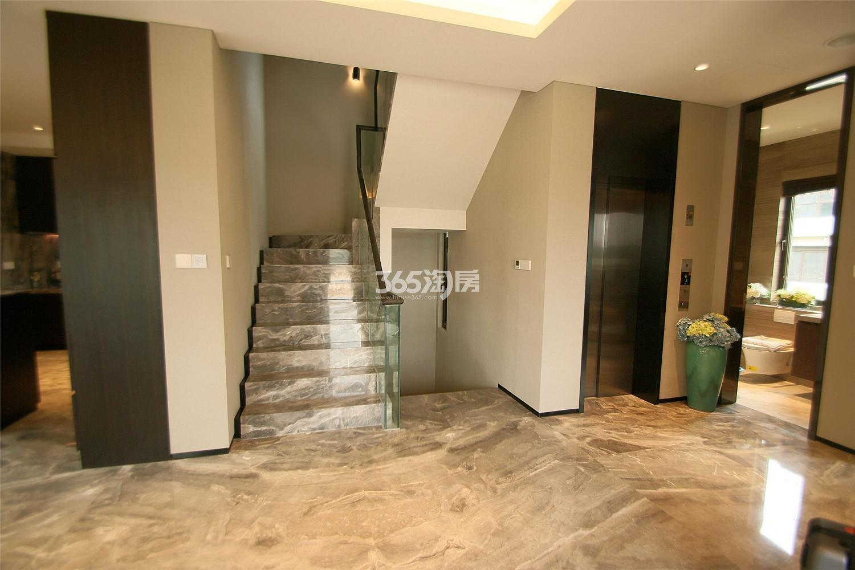 瑞安翠湖山双拼440㎡样板间楼梯