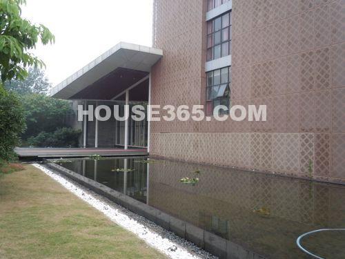 绿地西水东中央生活区售楼处(2012.8 摄)