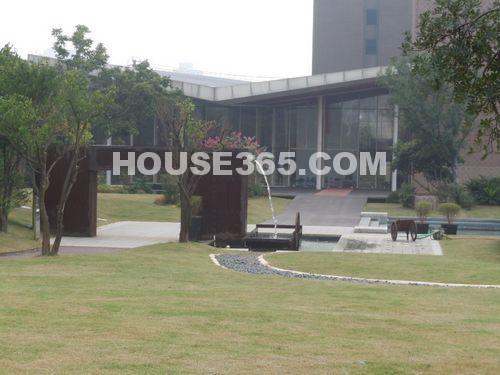绿地西水东中央生活区售楼处外景(2012.8 摄)