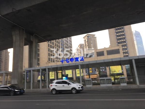 中辰优唐广场旁金寨路上的十七中南区BRT站台(2017.12.5)