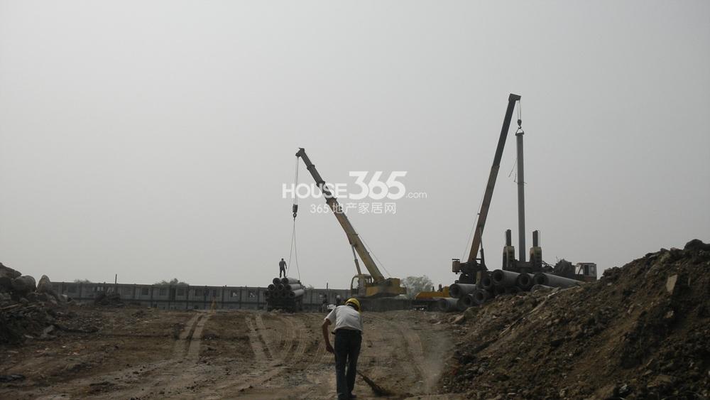 世茂外滩新城西侧沿江商业已经开始打桩(4.24)