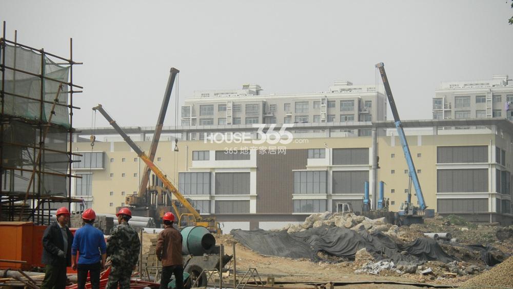 世茂外滩新城西侧临滨江新城的商业主体建设中(4.24)