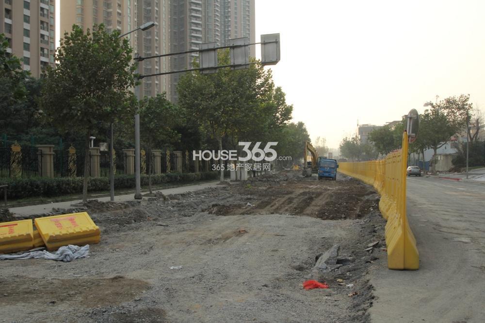 世茂外滩新城临近南通路在修缮道路(11.11)