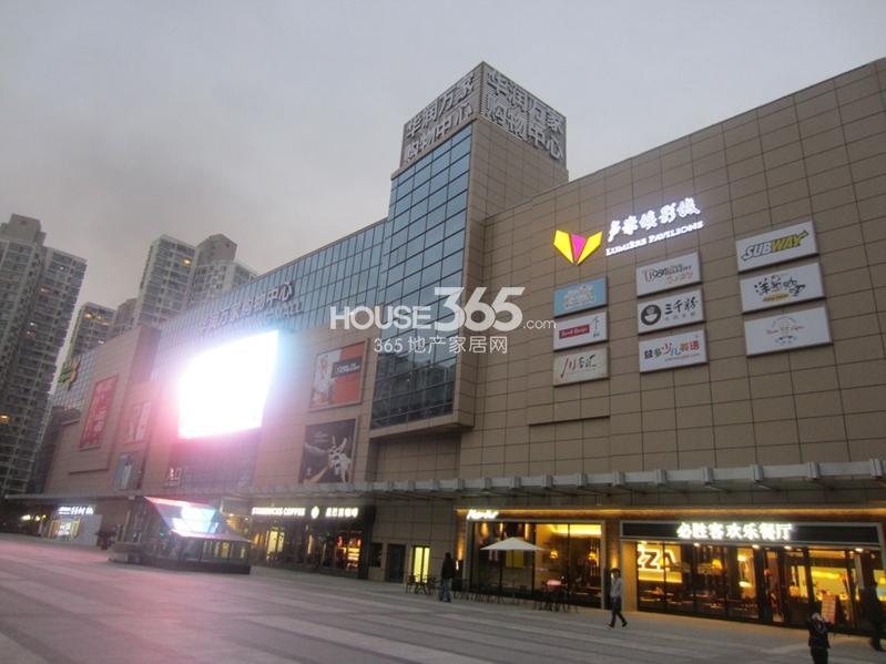 七里香都周边配套:华润万家购物中心(2013.11.13摄)