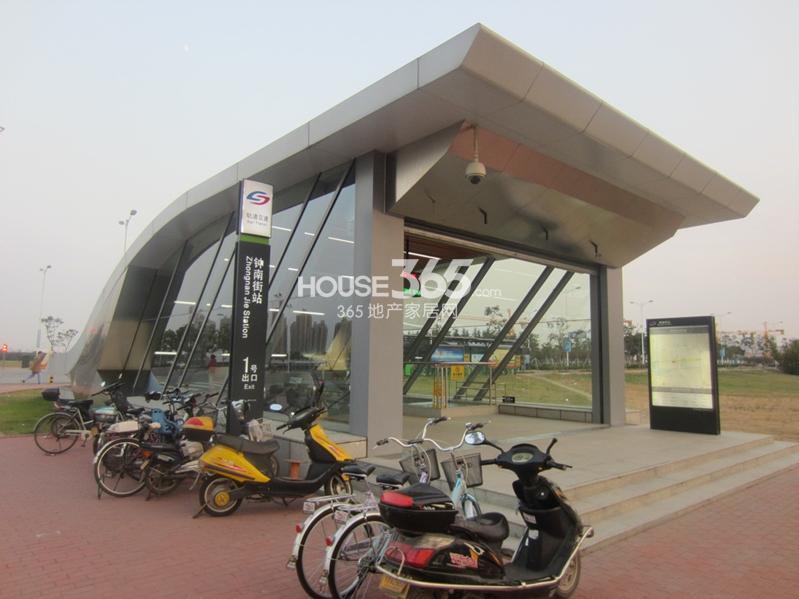 七里香都项目附近地铁1号线钟南街站点(2013.11.13摄)