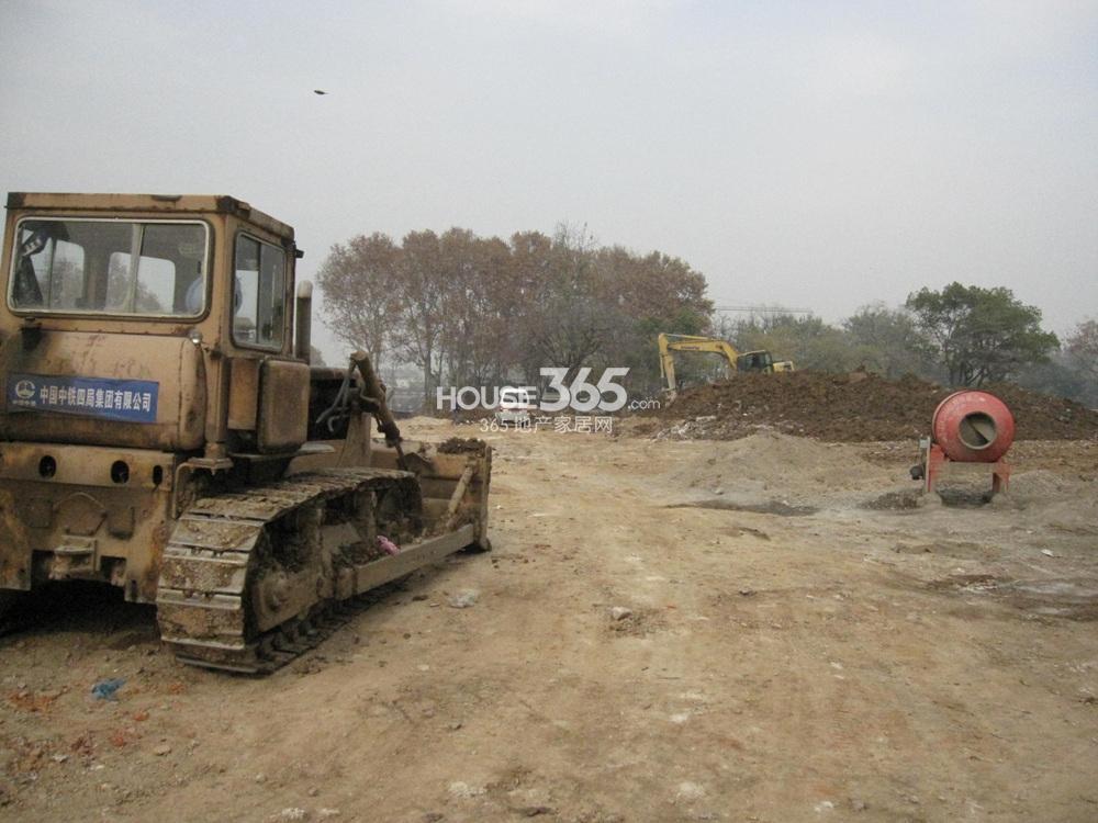中电G53地块目前已经有施工车辆进驻现场(12.23)