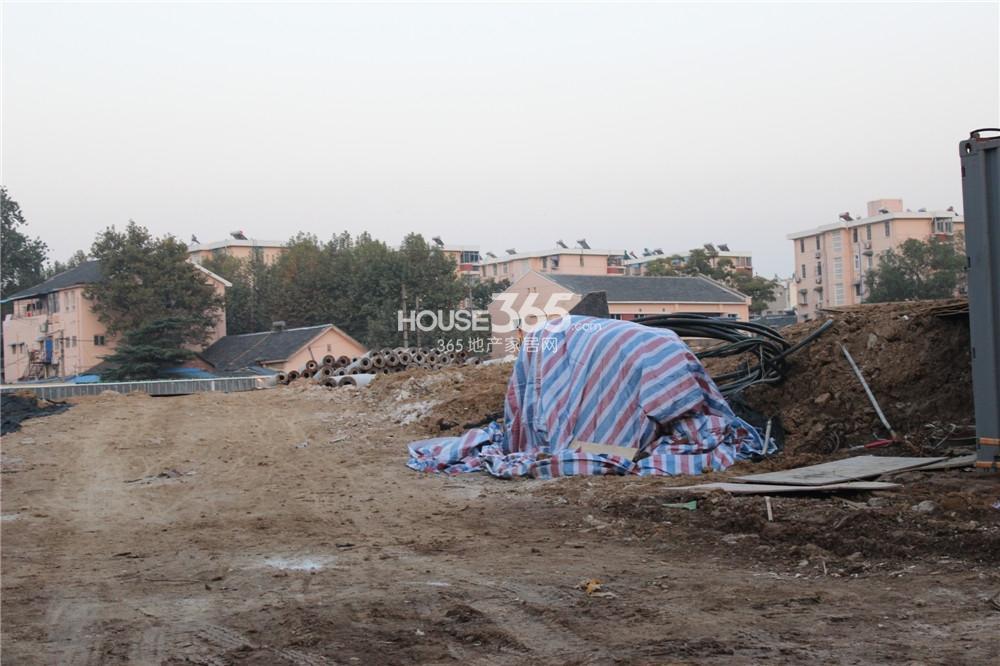 中电颐和府邸花园洋房工地还在平整土地(10.27)