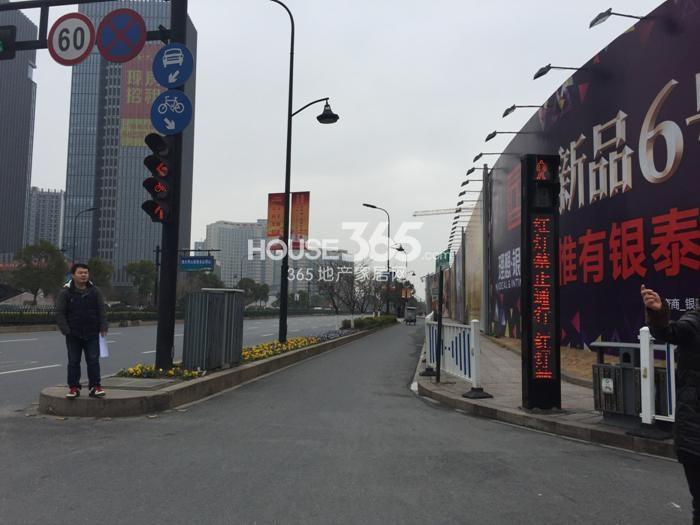 理想银泰城项目施工围挡(2015.1)