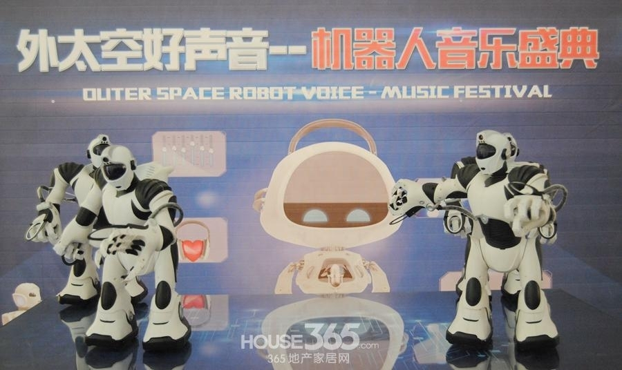 GMIC2015国际智能机器人亮相信达蓝湖郡