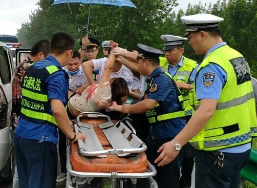 路政人员协助急救人员救助伤者