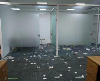 近迈皋桥地铁 已打扫干净 提供部分办公家具 玻璃隔断可拆