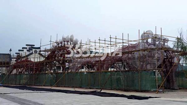 无锡万达城主题乐园运河人家东廊桥雕塑工程进度实景图(2017.12摄)