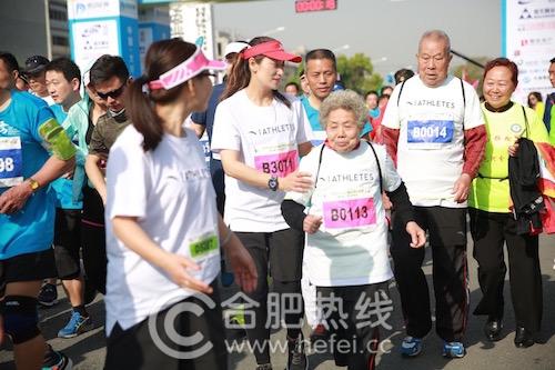 中国马拉松第一人张亮友及爱人助力大圩马拉松