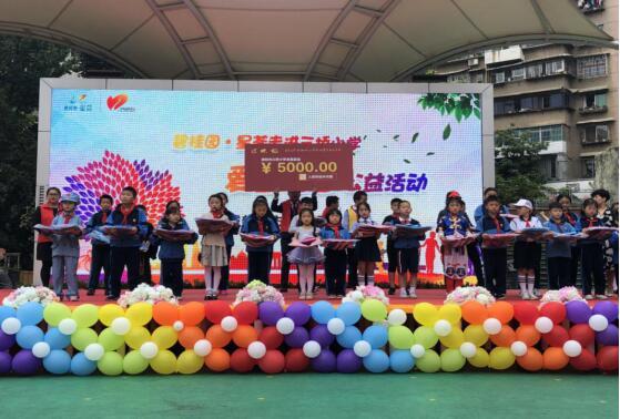 志愿者与学生代表合影