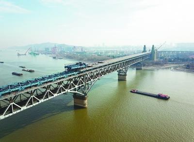 南京长江大桥正桥桥面板架设完成六成