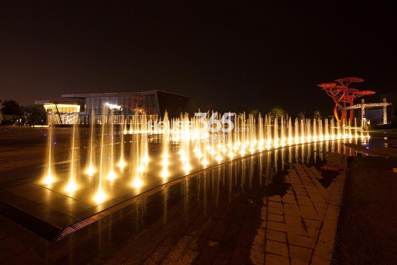 国润城售楼部夜景实景图(2013年7月15日)