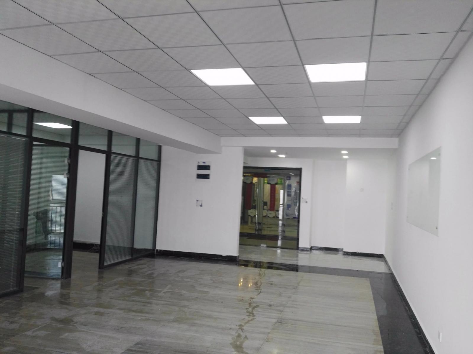 西湖国际广场153平精装办公室出租有部分家具