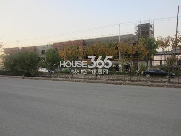 万科VC小镇在建的商业部分基本成型(2013.11.19)