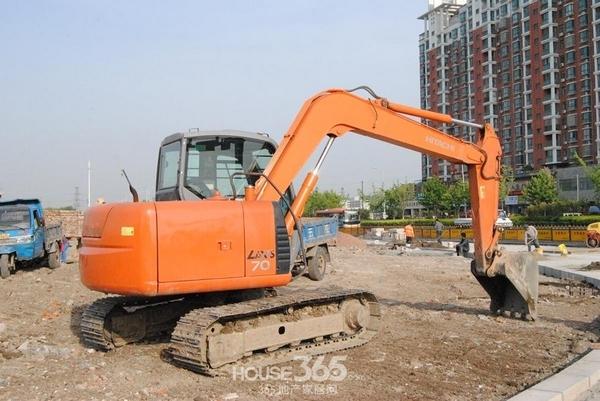 淮矿1330号宗地工程进度-围墙建设中(拍摄于5月)