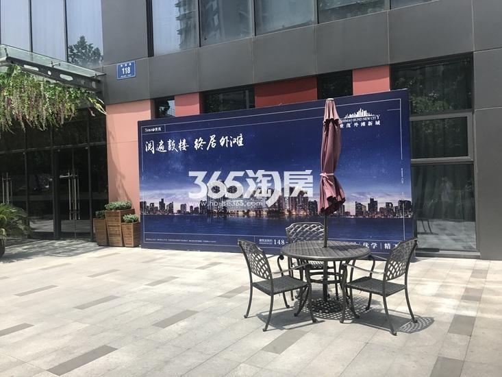 世茂外滩新城营销中心门口(9.22)