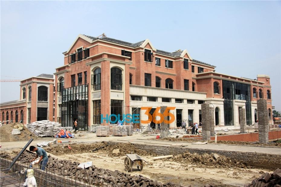 万科海上传奇海派建筑风格售楼中心正在建设中(2014.8摄)