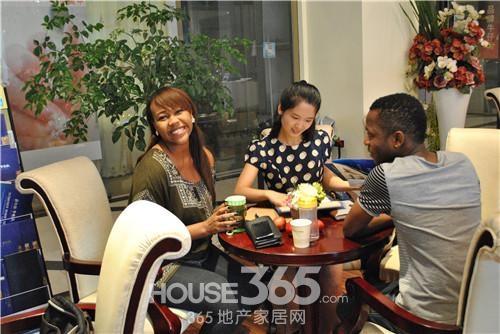留学生们也被新华联梦想城吸引