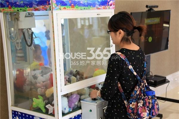"""新华联梦想城国庆和你一起""""嘉""""年华 免费抓娃娃机"""