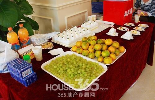 新华联梦想城精心准备的水果甜点