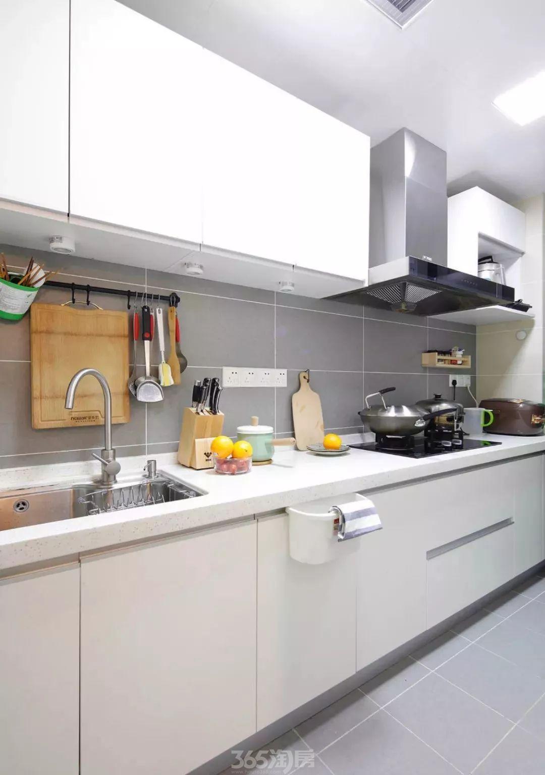 小户型厨房该如何搭配橱柜和墙地砖?看看别人家的做法