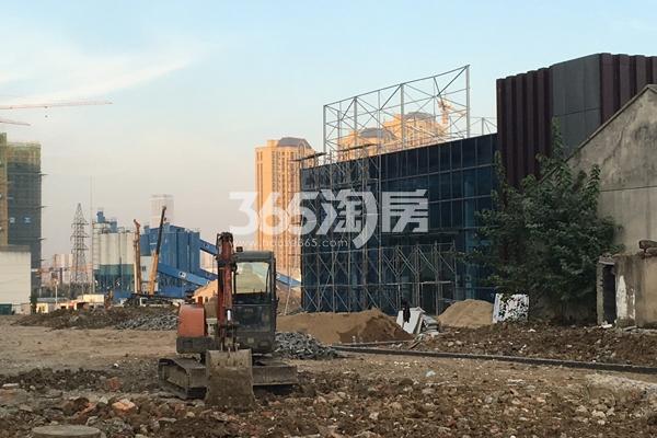 中辰优唐广场售楼部前尚在修整中(2017.11.6)