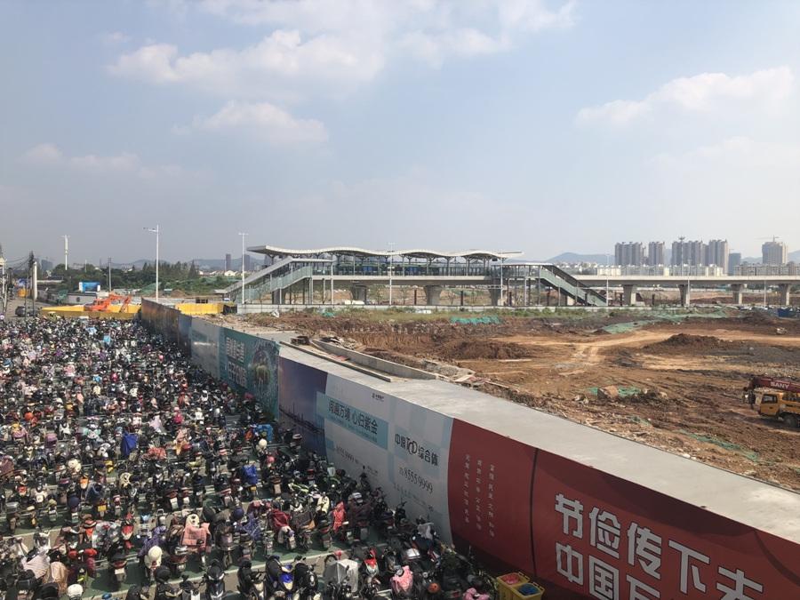 中垠紫金观邸北面的有轨电车站点实景图(10.10)