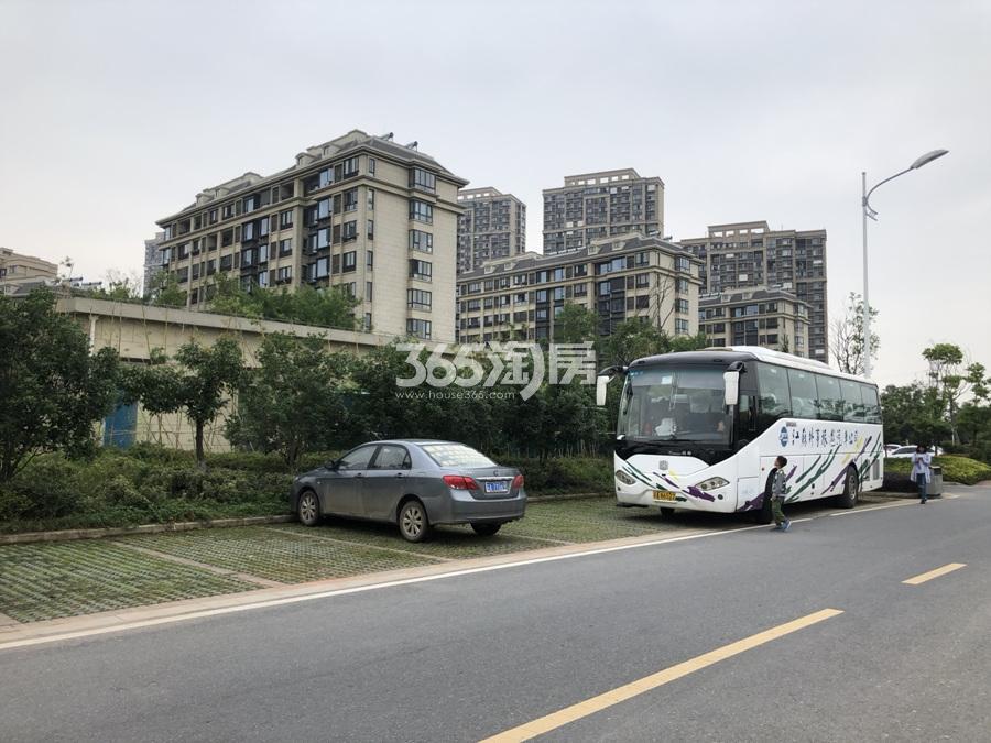 银亿东城洋房东面停车场实景图(5.26)