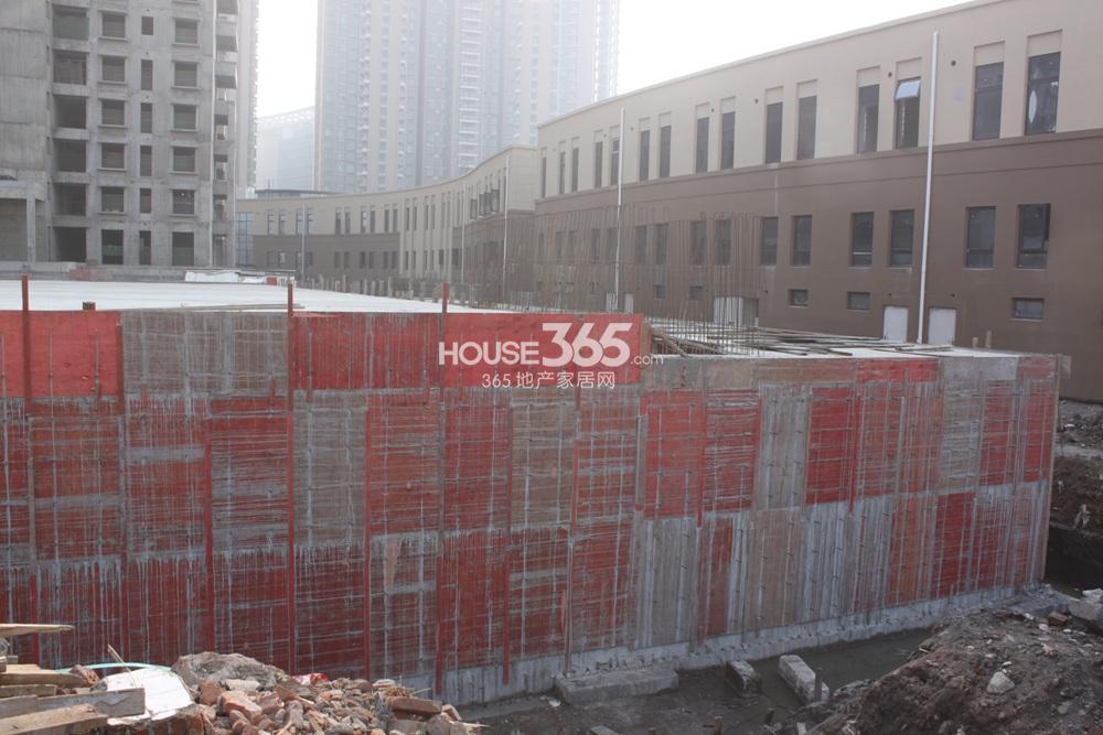 世茂外滩新城06号楼前在建的地下车库(2.20)
