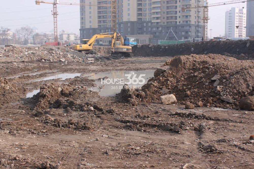 世茂外滩新城06号楼北侧开挖的土地(2.20)