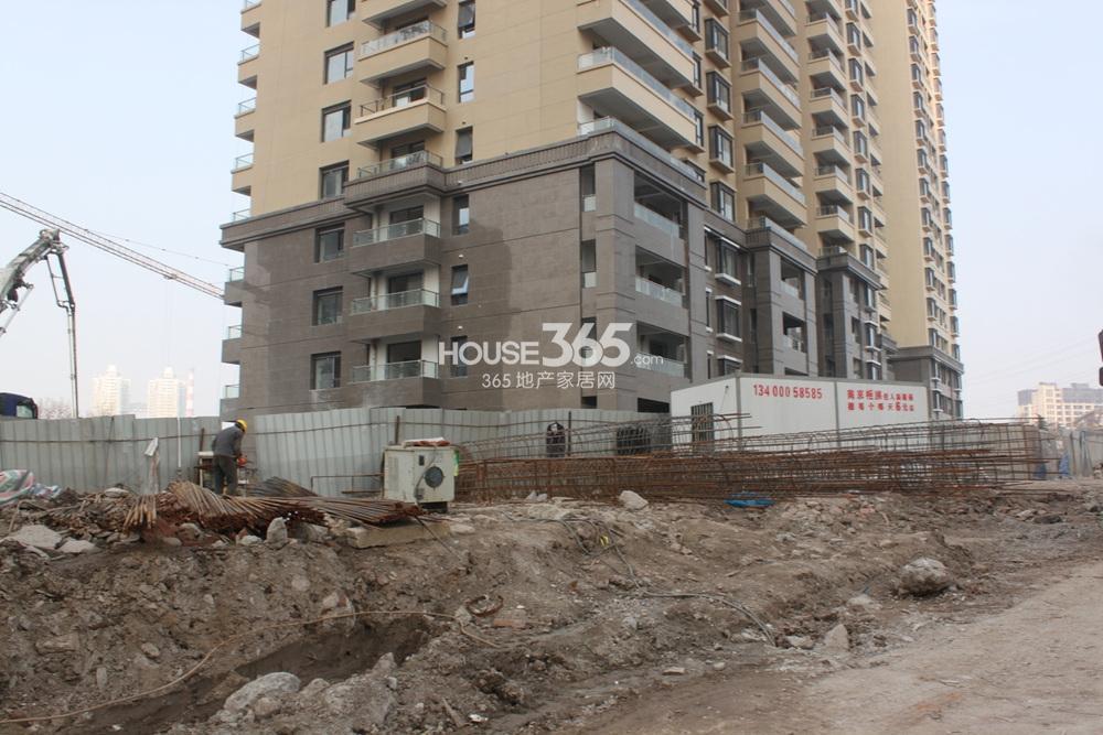 世茂外滩新城17号楼底层在整理地面(2.20)