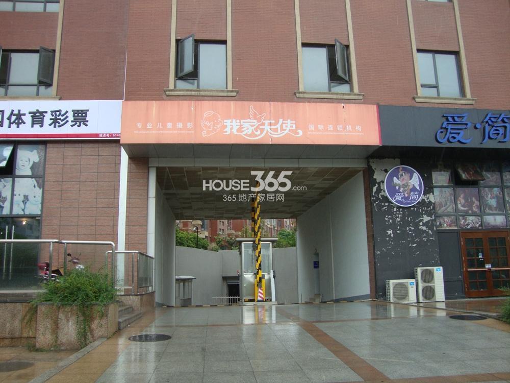 中豪天禄东面住宅的车库入口实景图(5.15)