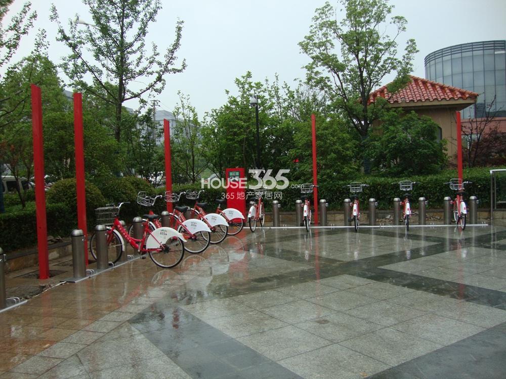中豪天禄小区门处公共自行车实景图(5.15)