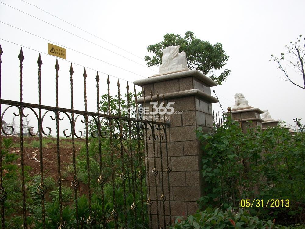 中豪天禄47号楼西面的围墙实景图(5.31)