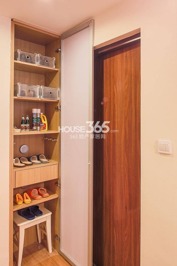万科VC小镇93平米3+1房样板间 鞋柜