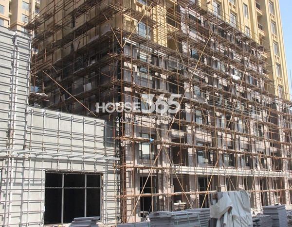 融科玖瑞尚城3#楼底部在做外立面(2014.3 摄)
