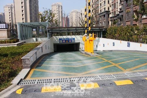 三潭音悦小区地下停车库入口(2014年4月摄)