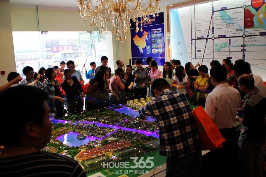 365看房团走进新华联梦想城 挤爆售楼处